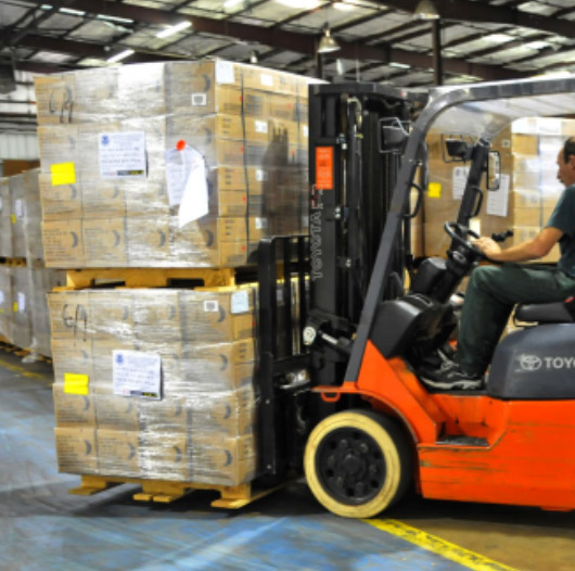 Dynamic load : A forklift carrying stacked pallets