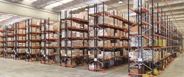 marchandises entreposées de façon sécuritaire dans les palettiers