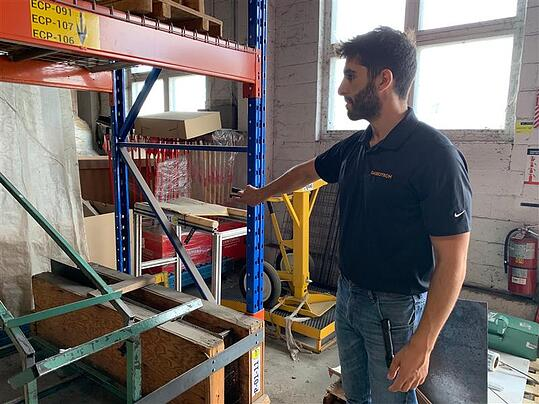 Jean-Paul Khalil, CEP, visite un entrepôt.