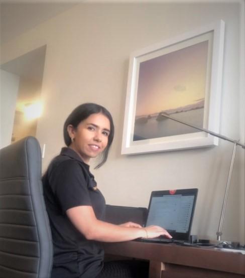 Soukayna El Hammouli travaille sur un rapport technique à partir de sa chambre d'hôtel.